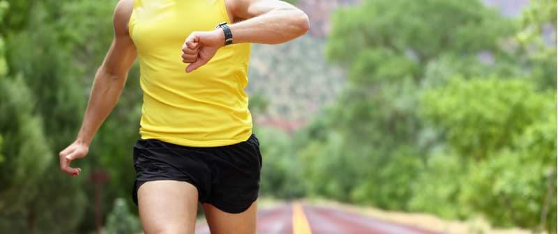 Puls beim Sport messen Marathon Läufer